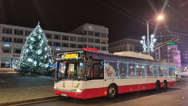 V Ústí i letos jezdí vánoční trolejbus